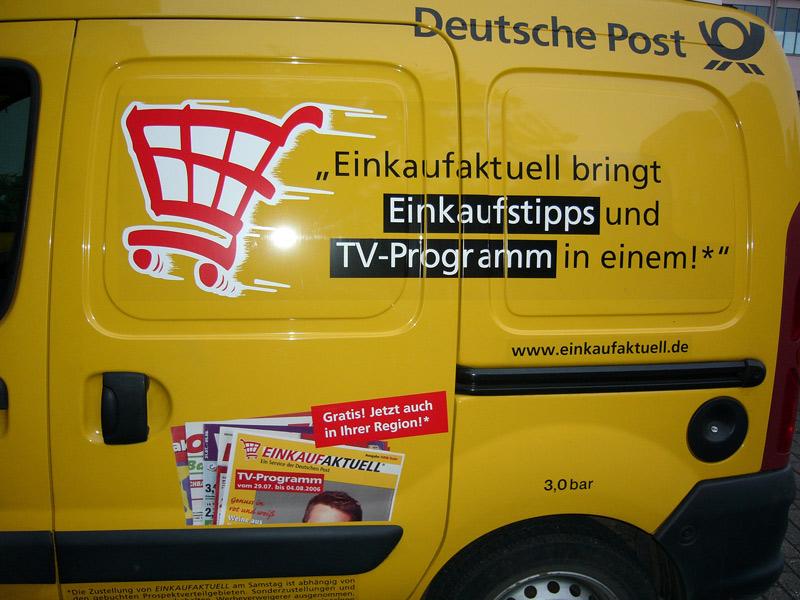 Postauto mit Werbung