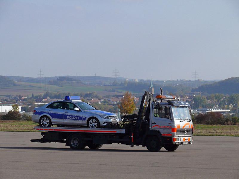 Mal ein Polizeiauto huckepack