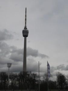 Fernsehturm in Wolken