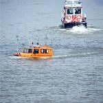 das Amphibien-Fahrzeug in Aktion / Besucherschiff im  Hintergrund