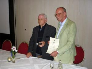 links Ewald Konzmann, rechts Bezirksvorsteher Bernhard Kübler