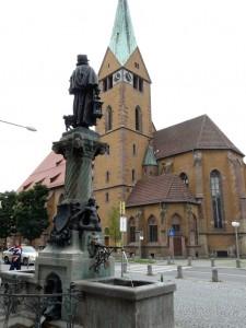 Leonhardskirche mit dem Nachtwächterbrunnen