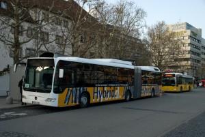 Hybridbus an der Haltestelle Schlossplatz