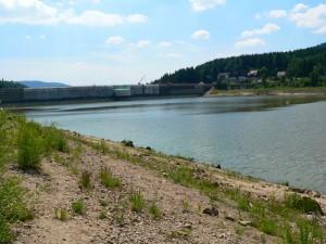 Die Schwarzenbachtalsperre mit wenig Wasser wegen der Renovierung
