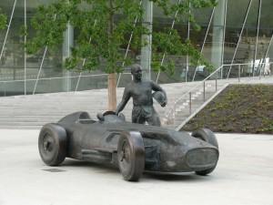 Rennfahrer am Mercedes-Benz-Museum