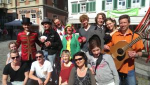 2-Straßenkünstler-Gruppenfo